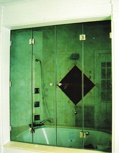 Folding door tub enclosure